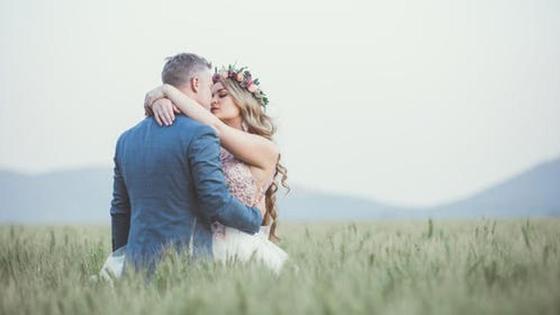пара обнимается в поле