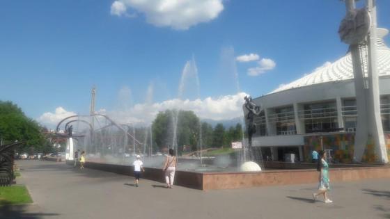 люди гуляют возле фонтана