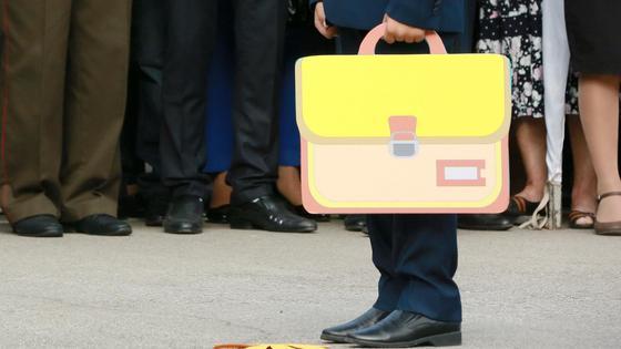 Мальчик стоит с нарисованным портфелем