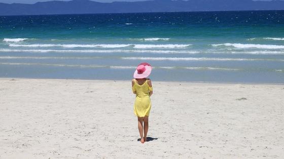 Девушка в шляпе смотрит на море