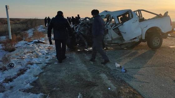 люди стоят на дороге возле разбитой машины