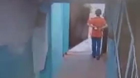 Мальчик у входной двери подъезда