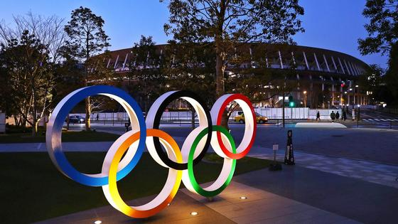 Олимпийские кольца перед стадионом