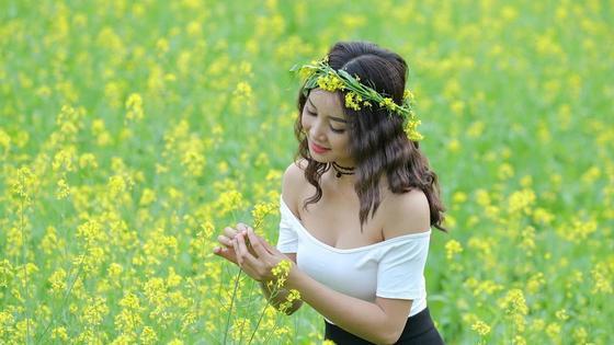 Девушка Айлин на поле с цветами