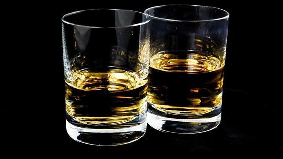 Два стаканами с алкоголем