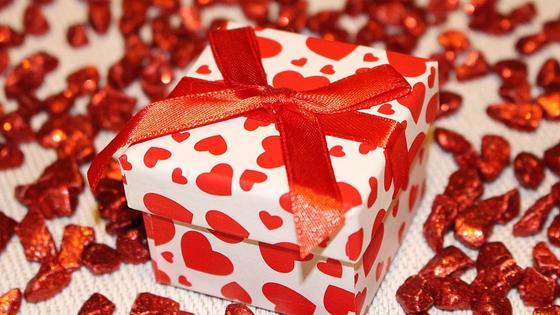Подарок, запакованный в коробку с сердечками