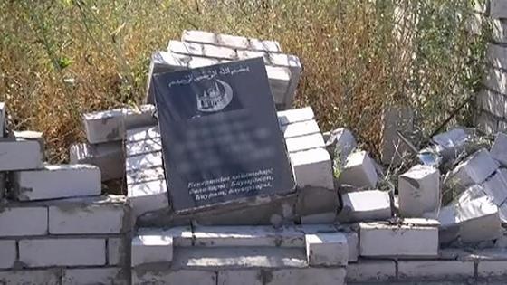 Одно из поврежденных надгробий на кладбище
