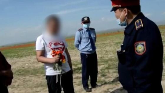 Мужчина с тюльпанами в Туркестанской области