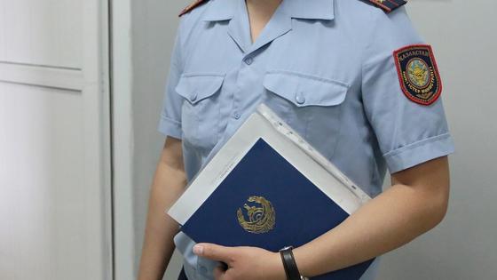 Полицейский держит в руках папку