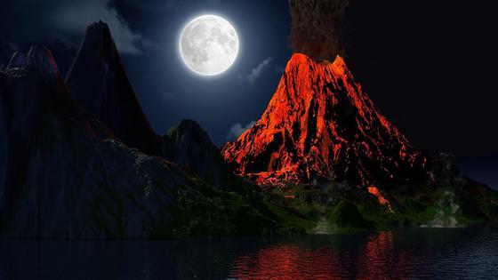 Извергающийся вулкан на фоне полной Луны