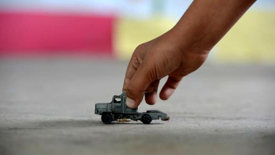 Ребенок играет с игрушечной машинкой