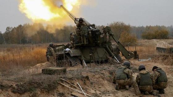 солдаты стреляют из пушки