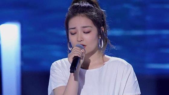 Мадина Думанкызы поет в микрофон