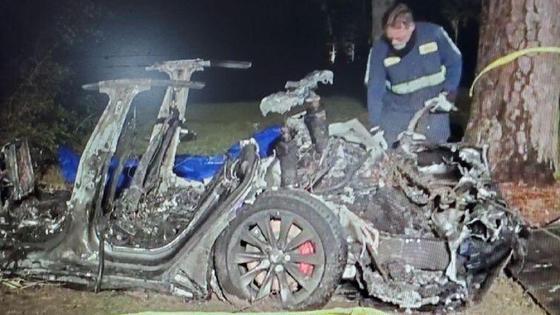 Сгоревший электромобиль Tesla и человек