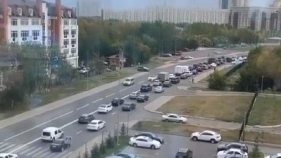 Машины стоят в пробке в Нур-Султане