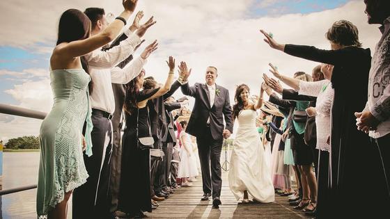 Гости поздравляют молодоженов с бракосочетанием