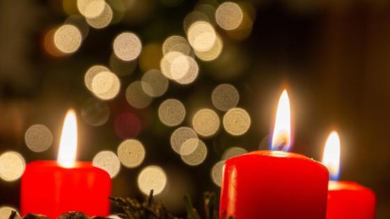 красные свечи горят