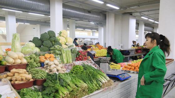 Женщина стоит на рынке
