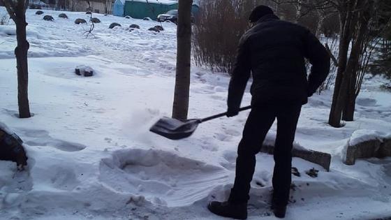Осужденный убирает снег на улице в Усть-Каменогорске