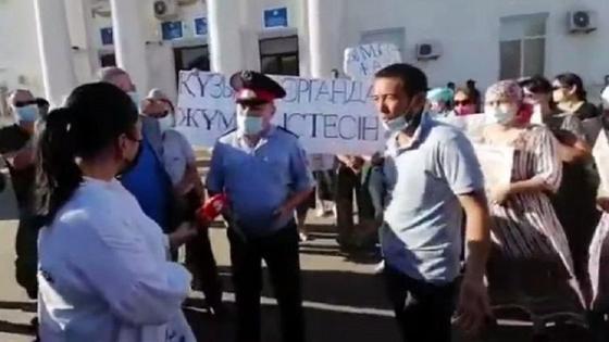Родные Нутрлеуова собрались у акимата