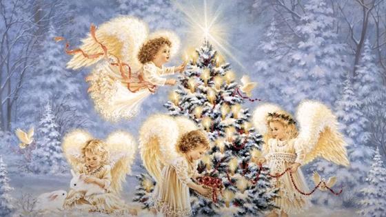 Ангелы в зимнем лесу вокруг украшенной елки