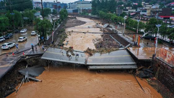 Мост рухнул из-за наводнения