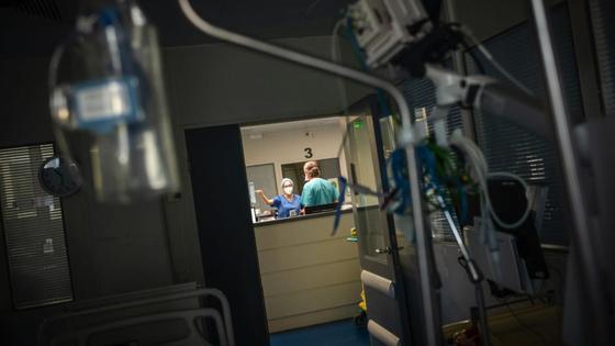 Два медработника стоят в коридоре больницы