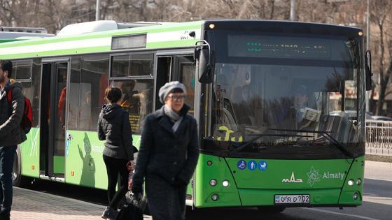 Алматинский автобус остановился на остановке