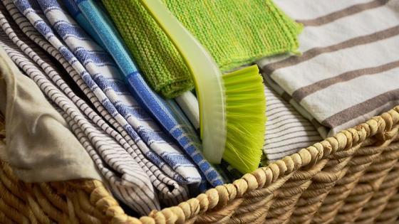 Кухонные полотенца с щеткой в корзине