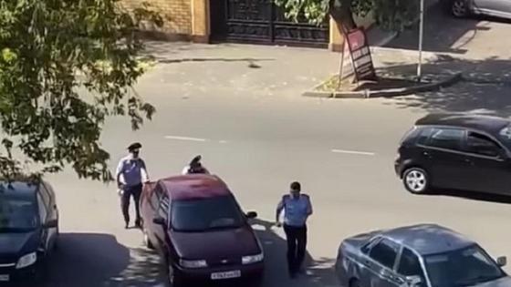 Полицейские толкают машину в Павлодаре