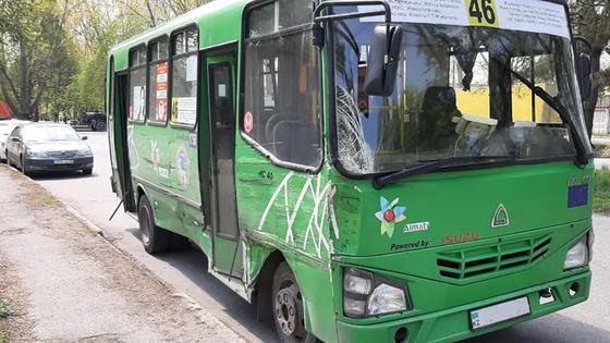 Автобус, пострадавший в аварии в Алматы