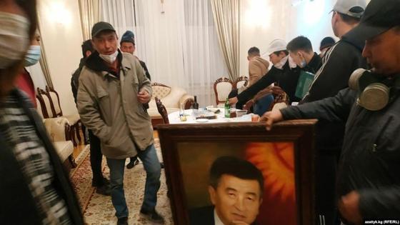 Наразылар Қырғызстан президенті Сооронбай Жээнбековтің кабинетінде тұр. 5 қазан 2020 жыл.