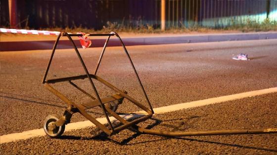 Тележка стоит на дороге