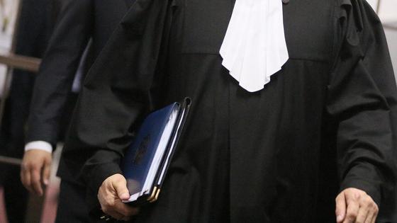 Судья в мантии идет по коридору