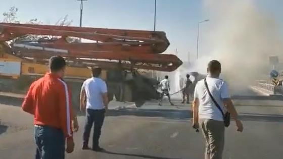 Водитель автобетононасоса тушит загоревшееся авто на трассе