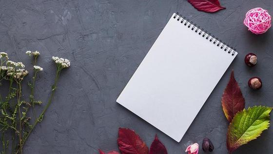 Блокнот на столе, полевые цветы