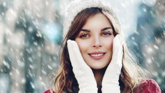 Красивая девушка на фоне снегопада