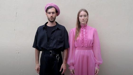мужчина и женщина в модной одежде