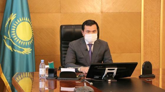 Женис Касымбек в маске
