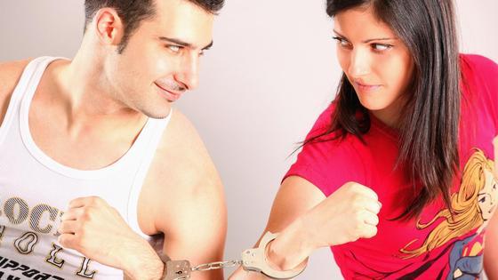 Мужчина и женщина в наручниках