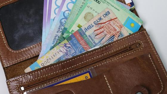 Деньги лежат в кошельке