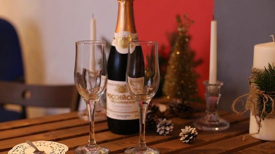 Шампанское и бокалы стоят на столе