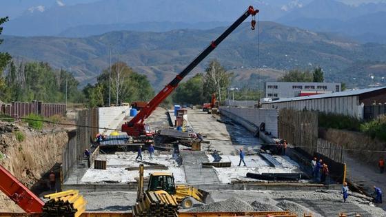 Рабочие строят дорожную развязку