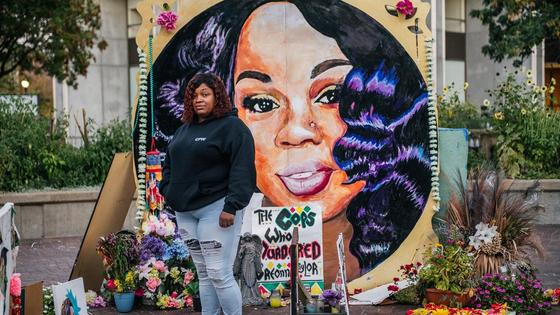 Женщина на фоне рисунка