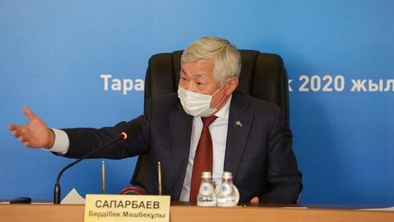 Бердибек Сапарбаев за рабочим столом