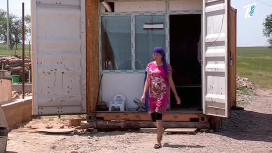 Пострадавшая Айгуль Тамтаева выходит из контейнера