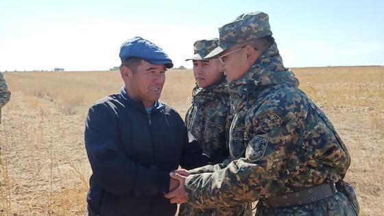 Пропавший парень и военнослужащие Нацгвардии стоят в поле