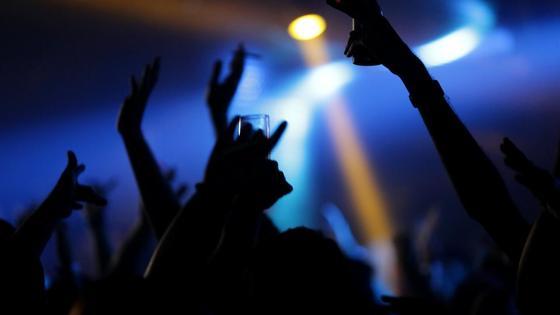 Люди поднимают руки вверх