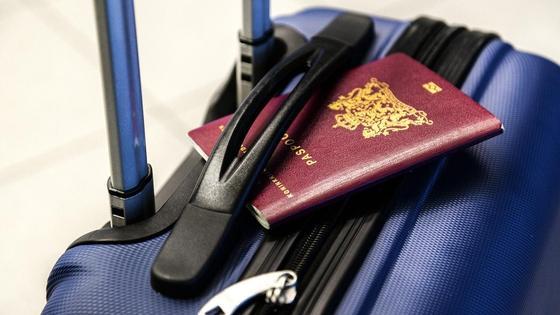 Паспорт лежит на чемодане