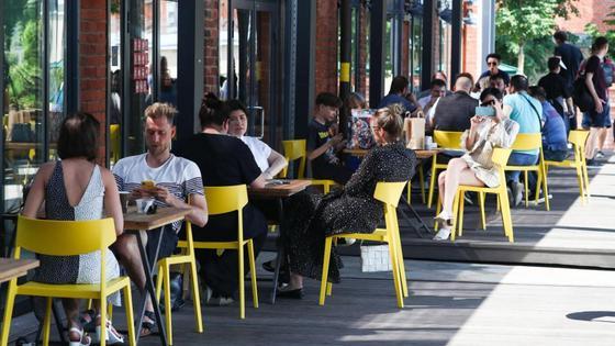 Люди сидят на летней террасе кафе